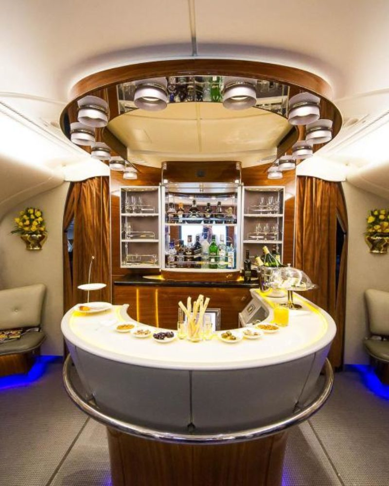 Cum arată cel mai luxos zbor din lume, la bordul aeronavei Emirates: cele mai scumpe băuturi și articole de igienă, podea caldă și SPA
